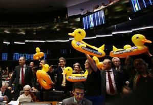 Deputados da oposição protestam durante votação do projeto da terceirização, na quarta-feira Foto: Givaldo Barbosa / Agência O Globo