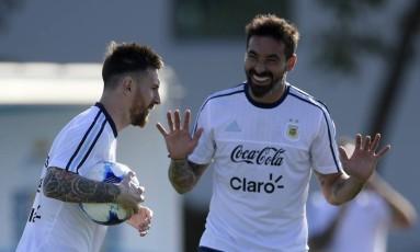 Messi e Lavezzi em momento de descontração antes da 'final' contra o Chile Foto: JUAN MABROMATA / AFP