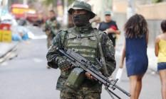 Policial Militar participa de operação no Pavão-Pavãozinho Foto: Fabiano Rocha/16-03-2017 / Agência O Globo