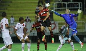 Leandro Damião se antecipa ao goleiro Márcio para fazer o segundo gol do Flamengo Foto: Gilvan de Souza