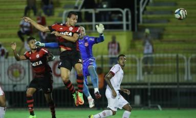 Damião se antecipa a Márcio para fazer o segundo gol do Flamengo Foto: Gilvan de Souza