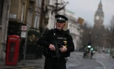 Policial reforça segurança em Londres após atentado em frente ao Parlamento britânico Foto: NEIL HALL / REUTERS