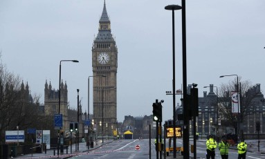 Polícia patrulha na ponte de Westminster um dia após ataque Foto: DARREN STAPLES / REUTERS