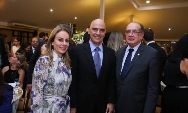 Alexandre de Moraes entre a mulher Viviane e o ministro Gilmar Mendes Foto: Eduardo Tadeu / Associação dos Magistrados Brasileiros (AMB)