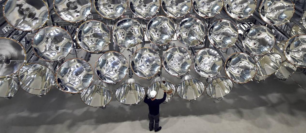 O engenheiro Volkmar Dohmen faz os ajustes finais no 'Sol artificial' Foto: Caroline Seidel / AP