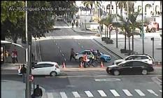 O bloqueio na Avenida Barão de Tefé Foto: Centro de Operações da Prefeitura / Reprodução