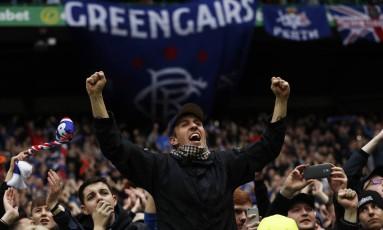 Torcedores do Rangers, da Escócia, vibram durante o clássico contra o arquirrival Celtic Foto: Lee Smith / REUTERS