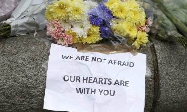 Flores e mensagens são deixadas perto da cena do atentado em Londres Foto: NEIL HALL / REUTERS