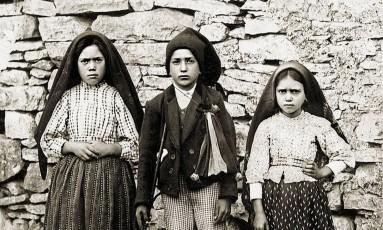 Lúcia dos Santos, com os primos Francisco e Jacinta Marto Foto: WIKIPÉDIA