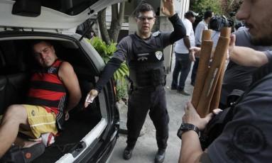 Suspeito da morte do torcedor do Botafogo é preso na Ilha do Governador. Na casa deles, foram apreendidos bastões de madeira Foto: Pedro Teixeira / Agência O Globo