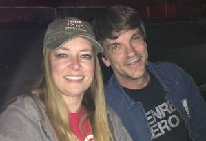 Kurt Cochran (à direita), de 54 anos, morreu atropelado; a mulher dele, Melissa, está ferida Foto: Facebook / Reprodução