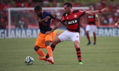 Flamengo e Nova Iguaçu durante partida do Carioca em fevereiro: ambos podem avançar à semifinal pelo novo critério da pontuação geral Foto: Gilvan de Souza/Flamengo