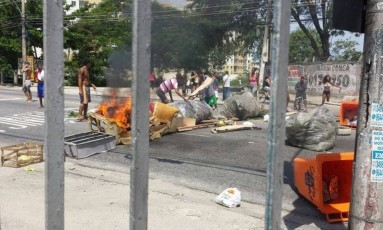 Protesto de moradores fecha avenida na Cidade de Deus Foto: Jacarepaguá Notícias RJ / Reprodução