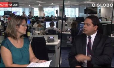 A repórter Lucianne Carneiro conversa com o sócio de impostos da EY, antiga Ernst &Young, Antonio Gil Franc Foto: Reprodução