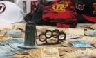 Dinheiro, granada e soco inglês foram apreendidos com presos da Torcida Jovem Foto: Daniel Salgado / Agência O Globo