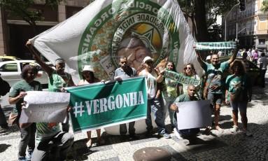 Mocidade protesta por 0,1 na porta da Liga das Escolas de Samba Foto: ANTONIO SCORZA / Agência O Globo