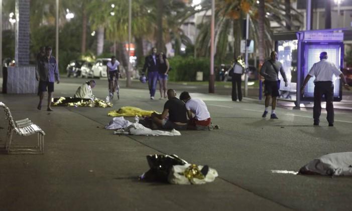 Corpos são vistos no chão depois de um caminhão atropelar diversas pessoas em Nice, na França. Foto: ERIC GAILLARD / Reuters