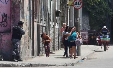 Uma operação do Batalhão de Choque no Morro da Providência, na região central do Rio, terminou em tiroteio Foto: Fabiano Rocha / Agência O Globo