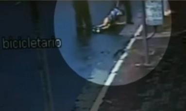 Vídeo João Victor Souza de Carvalho carregado por dois funcionários do Habib's Foto: Reprodução