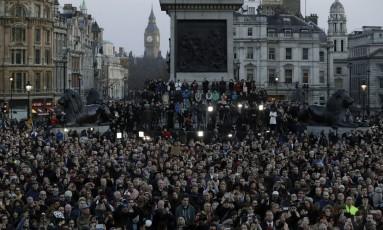 Multidão se reune em uma vigília na Trafalgar Square, em Londres. Foto: Matt Dunham / AP