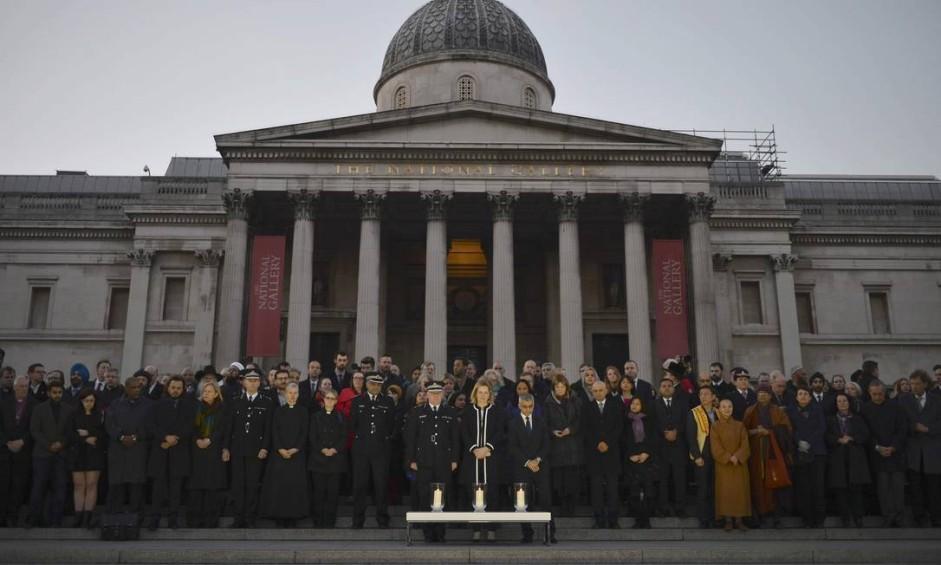 Centenas de pessoas se reuniram, nesta quinta-feira, em uma vígilia na Trafalgar Square, um dia após o atentado em Londres Foto: HANNAH MCKAY / REUTERS