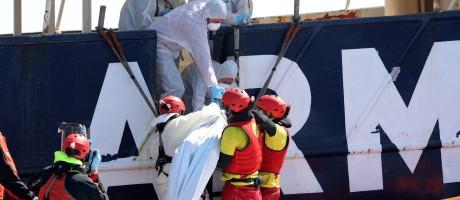 Salva-vidas de ONG espanhola carregam o corpo de um imigrante durante uma operação de resgate Foto: YANNIS BEHRAKIS / REUTERS