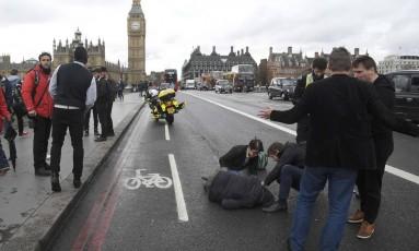 Uma pessoa é socorrida depois do atentado em Londres, nesta quarta-feira Foto: TOBY MELVILLE / REUTERS