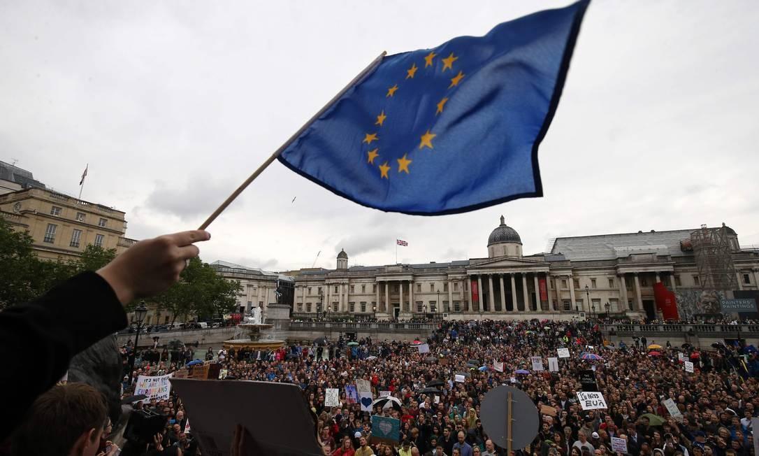 Em Londres, manifestante exibe bandeira da União Europeia em protesto contra a saída britânica Foto: Justin Tallis / AFP