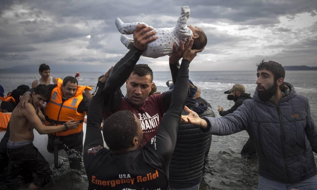 Refugiados chegam à ilha grega de Lesbos durante a grave crise migratória que teve seu auge em 2015 Foto: Santi Palacios / AP