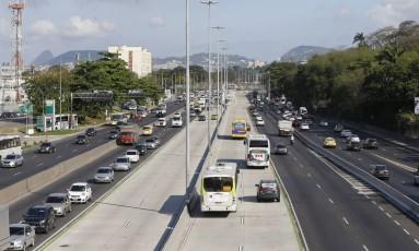 Avenida Brasil contam com faixa exclusiva Foto: Domingos Peixoto / Agência O Globo/29-09-2016