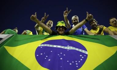 Torcedores do Brasil marcam presença no Estádio Centenário, em Montevidéu Foto: Natacha Pisarenko / AP