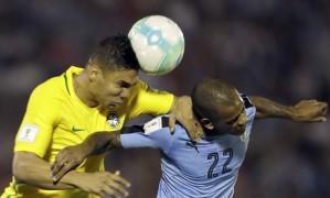 Casemiro disputa a bola com Diego Rolan Foto: Natacha Pisarenko / AP