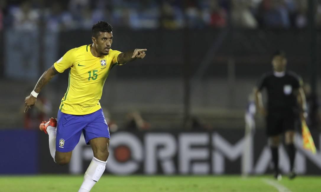 Paulinho comemora o gol de empate do Brasil Natacha Pisarenko / AP