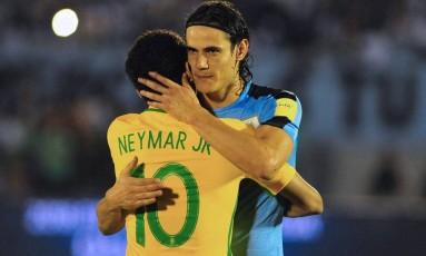 Cavani e Neymar se abraçam antes da partida no Centenário Foto: DANTE FERNANDEZ / AFP