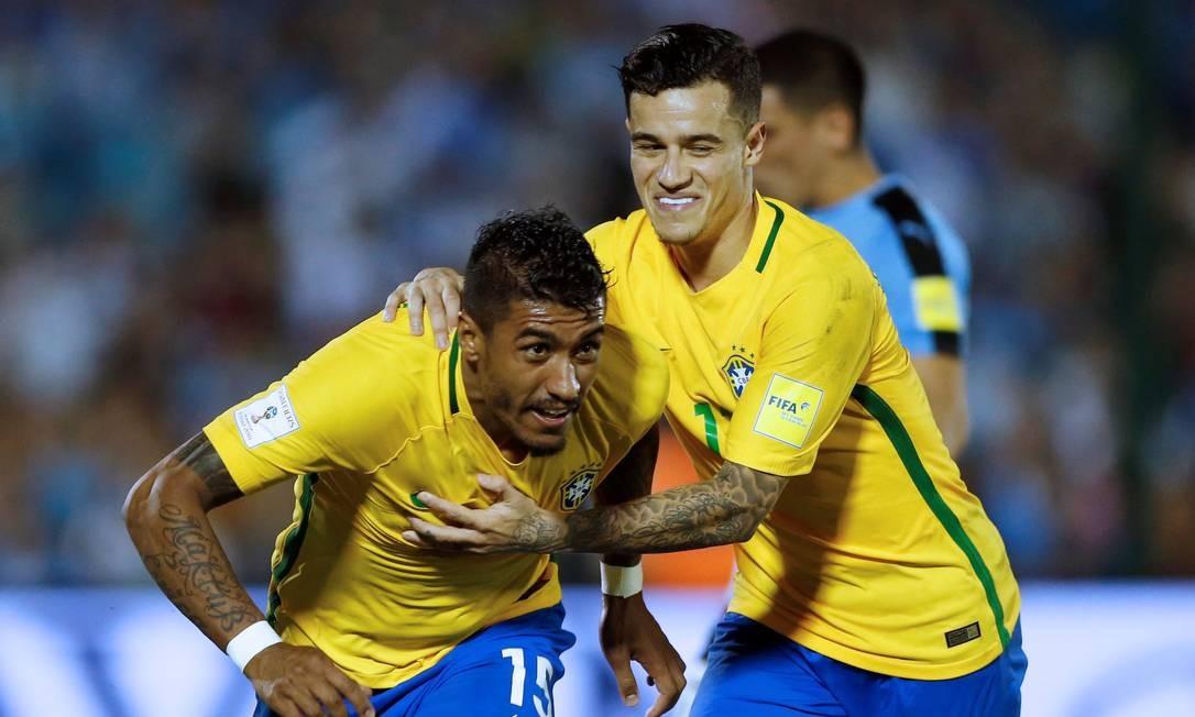 Paulinho é abraçado por Philippe Coutinho ao fazer o segundo gol do Brasil diante do Uruguai Foto: ANDRES STAPFF / REUTERS