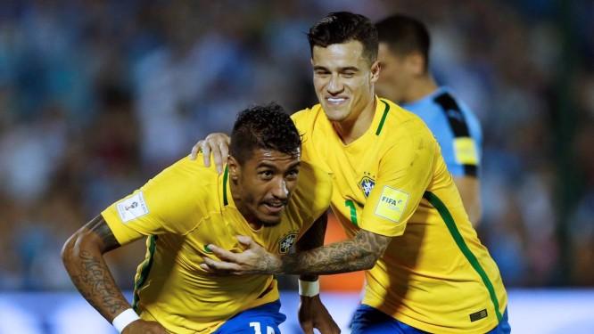417dbe0d5d Paulinho é abraçado por Philippe Coutinho ao fazer o segundo gol do Brasil  diante do Uruguai
