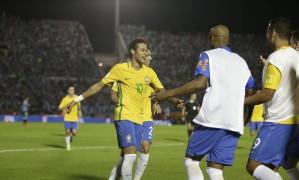 Neymar comemora o golaço que marcou no Centenário Foto: Natacha Pisarenko / AP