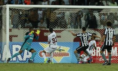 Renato Chaves, à direita, fez o terceiro gol do Fluminense Foto: Alexandre Cassiano