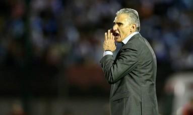 O técnico Tite dá instruções à seleção brasileira durante o 4 a 1 sobre o Uruguai em Montevidéu Foto: Lucas Figueiredo/CBF