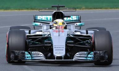 O inglês Lewis Hamilton levou a Mercedes ao topo nas primeiras sessões de treinos livres na Austrália Foto: WILLIAM WEST / AFP