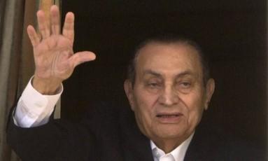 Em 2016, ex-ditador Mubarak acena a simpatizantes do seu quarto em hospital militar no Cairo Foto: Amr Nabil / AP