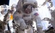 A astronauta Peggy Whitson em missão externa na Estação Espacial, em janeiro de 2017 Foto: Reprodução / Nasa