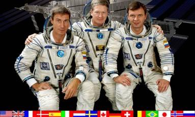 A primeira tripulação da ISS posa para foto, nas vésperas da Expedição 1 Foto: Reprodução / Nasa