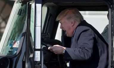O presidente dos EUA, Donald Trump, entra em caminhão, enquanto dá as boas-vindas a caminhoneiros e CEOs à Casa Branca Foto: JIM WATSON / AFP