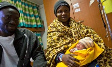 Taiwo segura a filha Faith, que nasceu em um navio para resgate de refugiados Foto: Facebook / SOSMEDITERRANEE