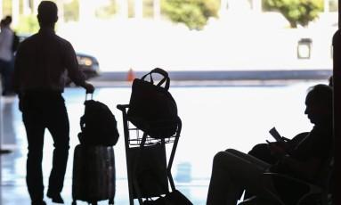 BRASIL - BRASÍLIA -BSB - 13/03/2017 - ECONOMIA. FIM DA FRANQUIA DE BAGAGEM. A partir do dia 14 de março, as companhias estão autorizadas a cobrar pelo despacho da bagagem e a vender bilhetes com preços diferenciados para os passageiros que viajam só com a mala de mão. As empresas já estão trabalhando suas malhas dentro das novas regras. FOTO ANDRE COELHO / Agencia O Globo Foto: ANDRE COELHO / Agência O Globo