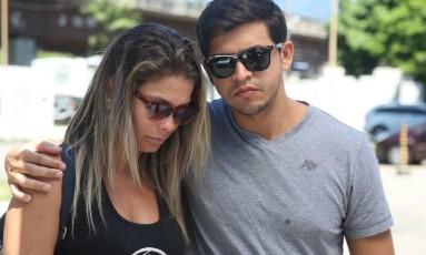 Leonardo e a irmã, Vânia de Carvalho, no IML para liberar o corpo do pai Foto: Fabiano Rocha / Agência O Globo