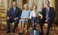 Príncipe George posa para foto com seu pai e seus avós, os mais altos membros da realeza britânica Foto: Ranald Mackechnie / AP