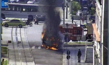 Veículo em chamas próximo a Avenida Presidente Vargas, no Centro do Rio Foto: Divulgação/Centro de Operações