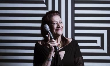 """A dona do microfone é a única que não canta: """"Nem pensar"""" Foto: Leo Martins / Agência O Globo"""